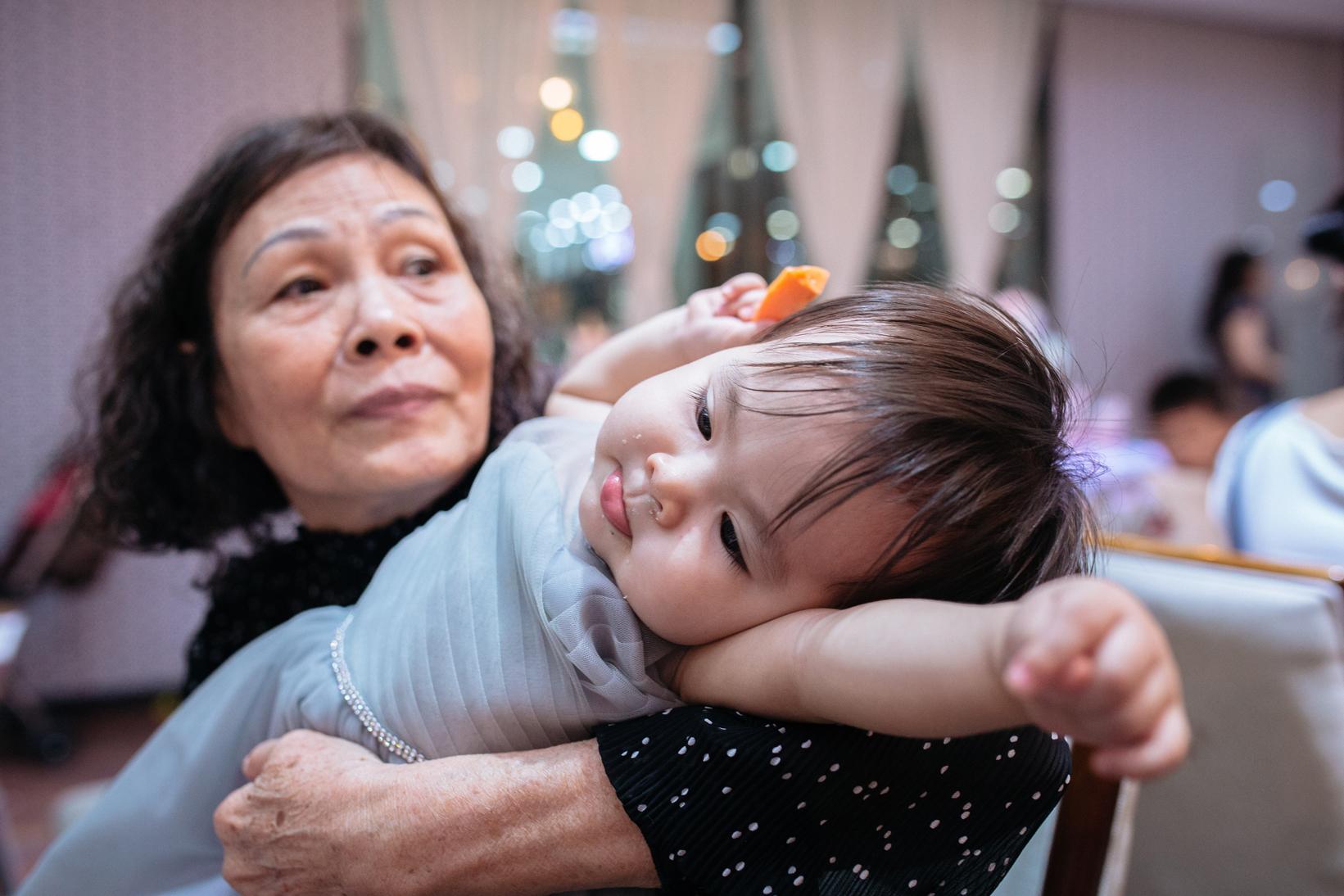 Em bé trong vòng tay Bà ngoại