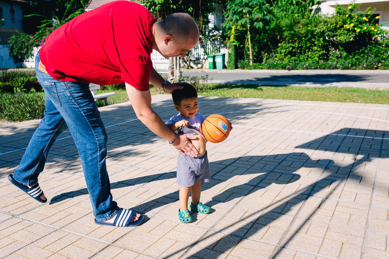 Ảnh bé trai chơi bóng rổ với Cha