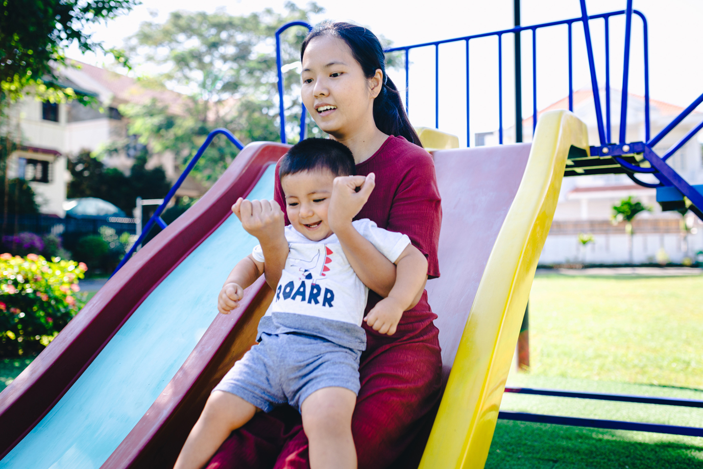 Ảnh bé trai chơi cầu tuột với Mẹ