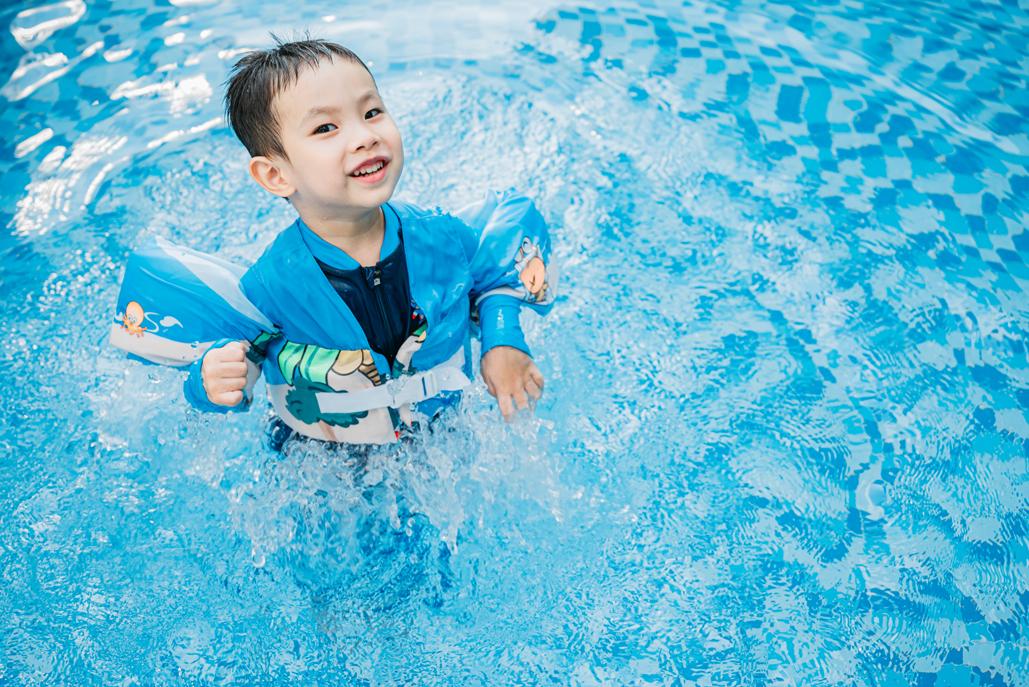 Ảnh bé trai bơi trong hồ bơi