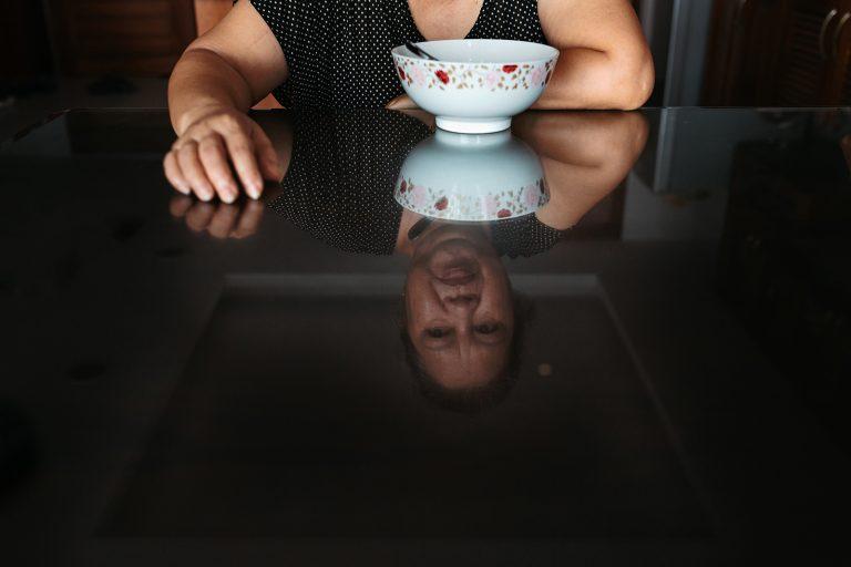 Bức ảnh người phụ nữ phản chiếu trên gương